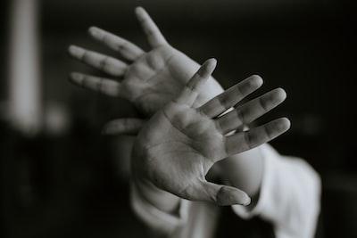 恐怖から両手を前に押し出して距離を取る人の様子
