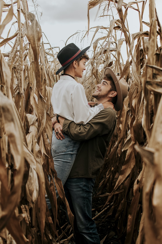 hombre abrazando mujer