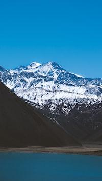 snowcapped mountain under blue sky
