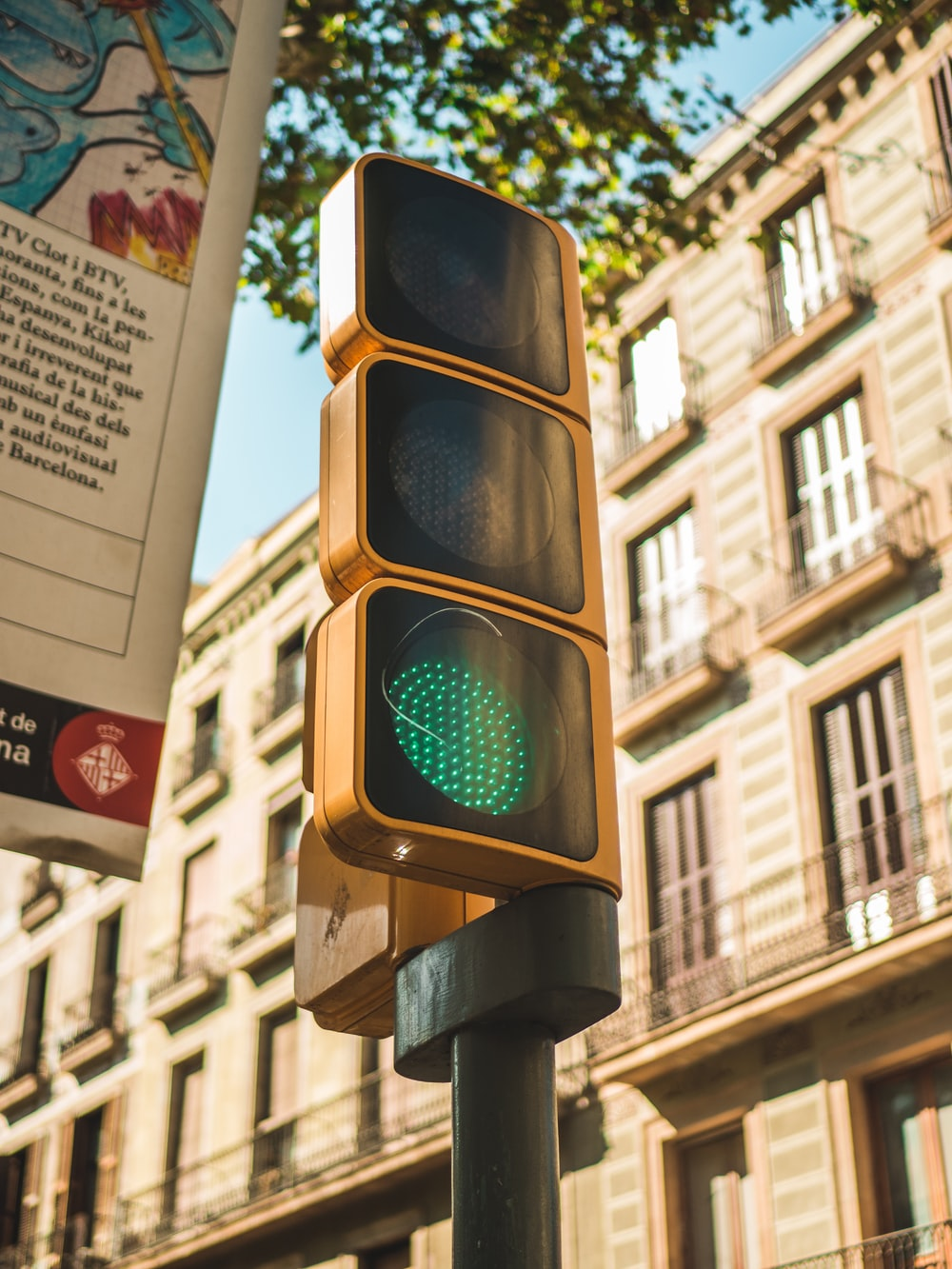 traffic light displaying green light