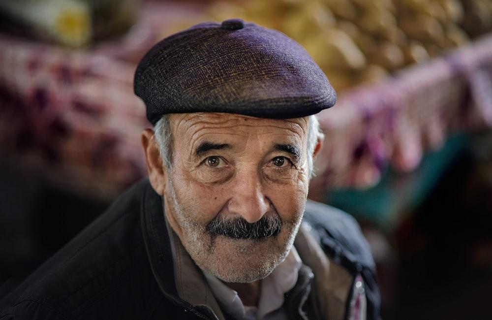 Älterer Herr mit Schnurrbart und Mütze
