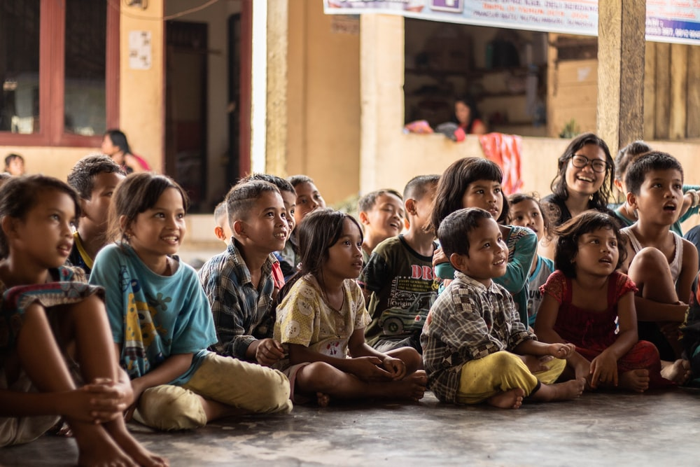 groupe d'enfants assis sur le sol