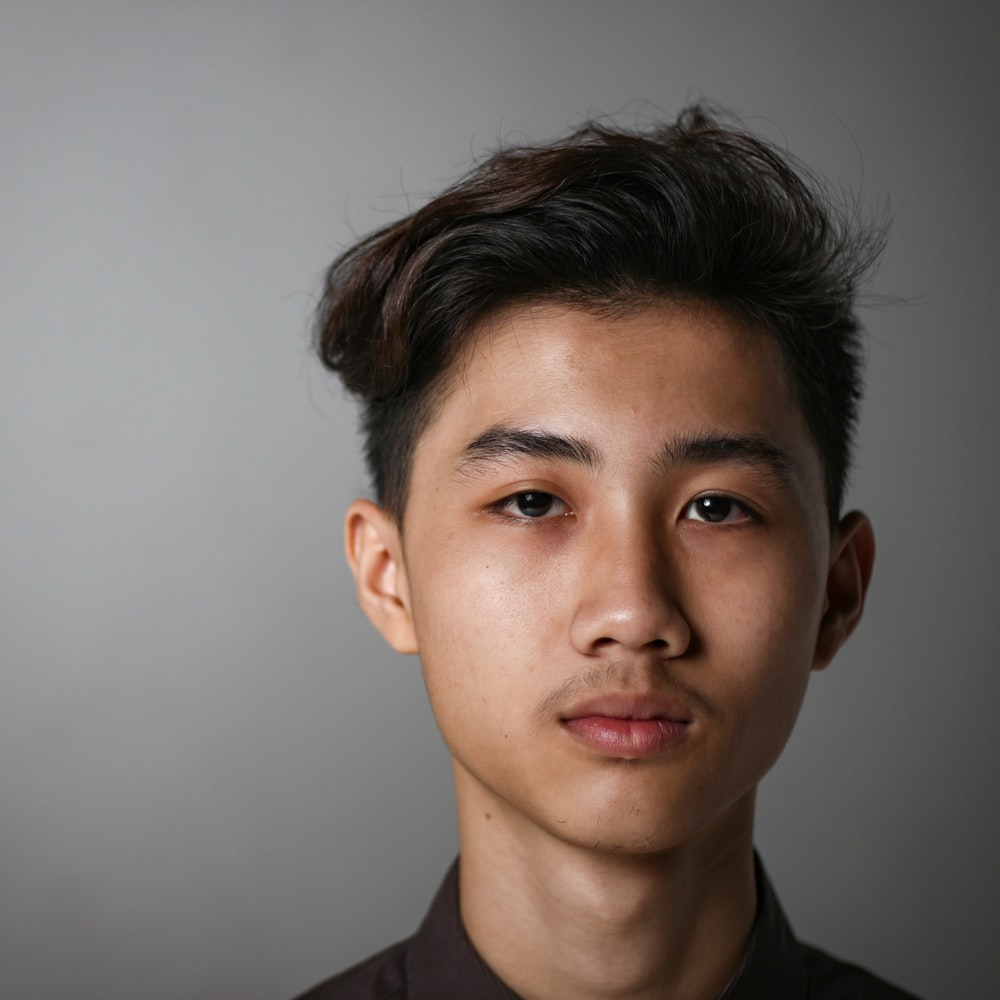 boy's face close-up photography