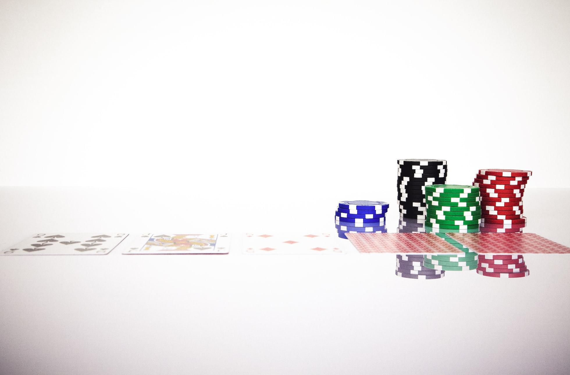 casinofiches en speelkaarten