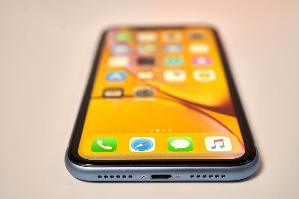 silver iPhone Xs