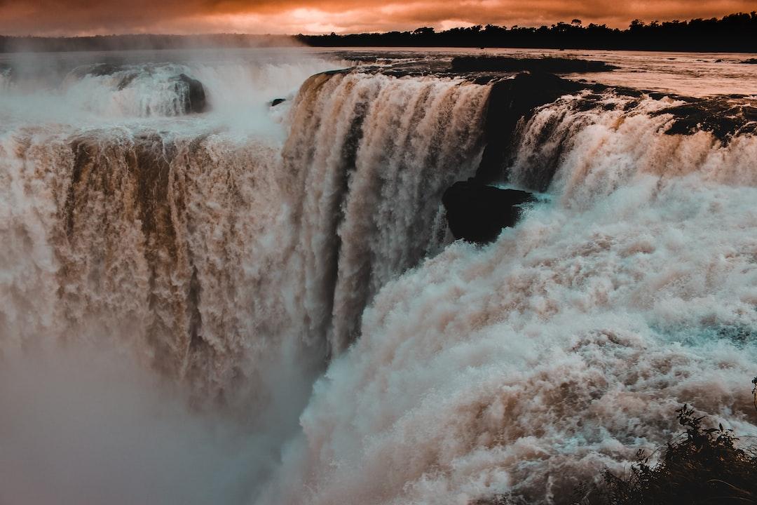 El 11 de noviembre de 2011, las Cataratas del Iguazú fueron elegidas como una de las Siete Maravillas Naturales del Mundo. El 17 de noviembre de 1986, recibió de la UNESCO el título de Patrimonio Natural de la Humanidad. El día 11 de noviembre, también ocurre el #CataratasDay, que es un día dedicado a la concientización de la preservación del Parque Nacional del Iguazú y toda la región.