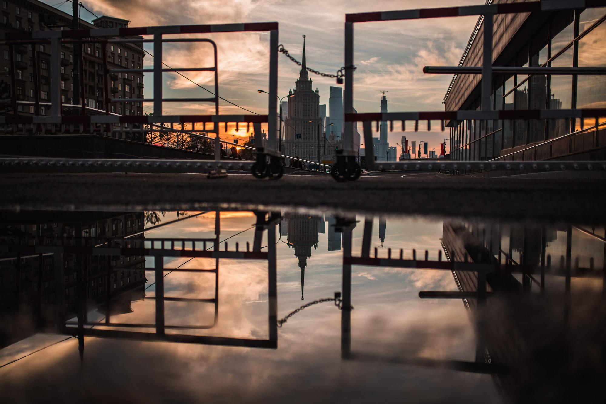Отражение в луже - Москва