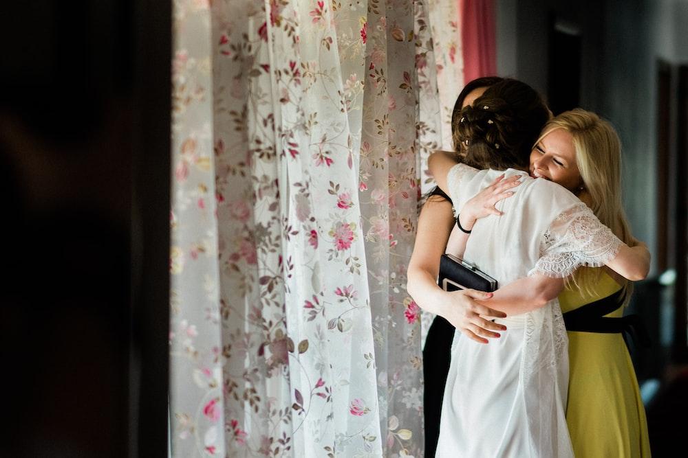 women's white and pink floral dress, tidak memiliki sahabat, teman pun tidak ada, sendirian tanpa teman, mandiri