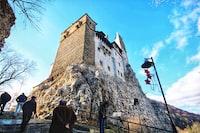 """[ES] El castillo de Bran es una fortaleza medieval localizada en la actual Rumania, que goza de gran atractivo turístico por la creencia popular de que era la antigua residencia de Vlad Țepeș el Empalador.  [EN] Bran Castle, situated near Bran and in the immediate vicinity of Brașov, is a national monument and landmark in Romania. The fortress is situated on the border between Transylvania and Wallachia, on DN73. Commonly known as """"Dracula's Castle"""" (although it is one among several locations linked to the Dracula legend, including Poenari Castle and Hunyadi Castle)"""