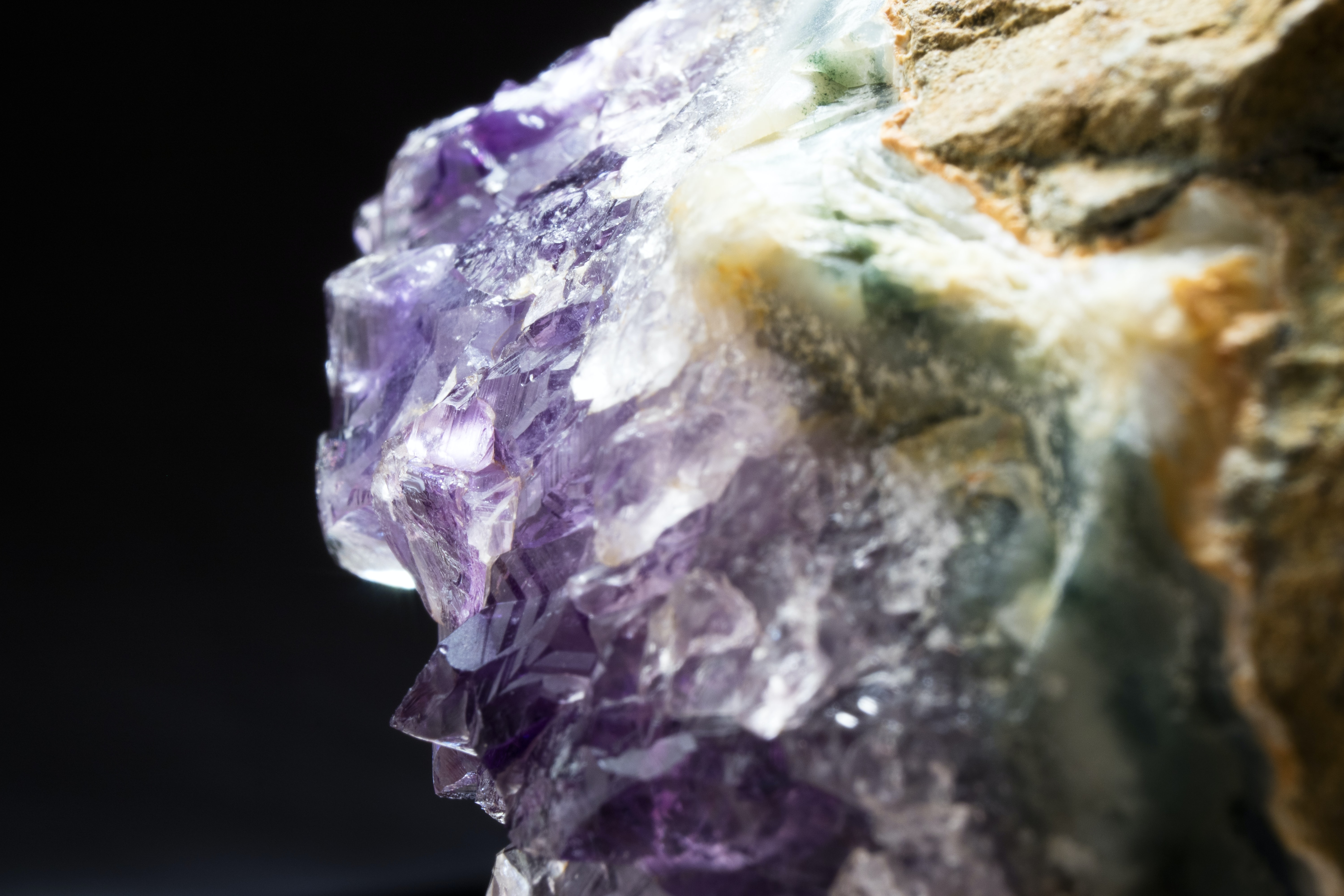 shallow focus photography of purple geode
