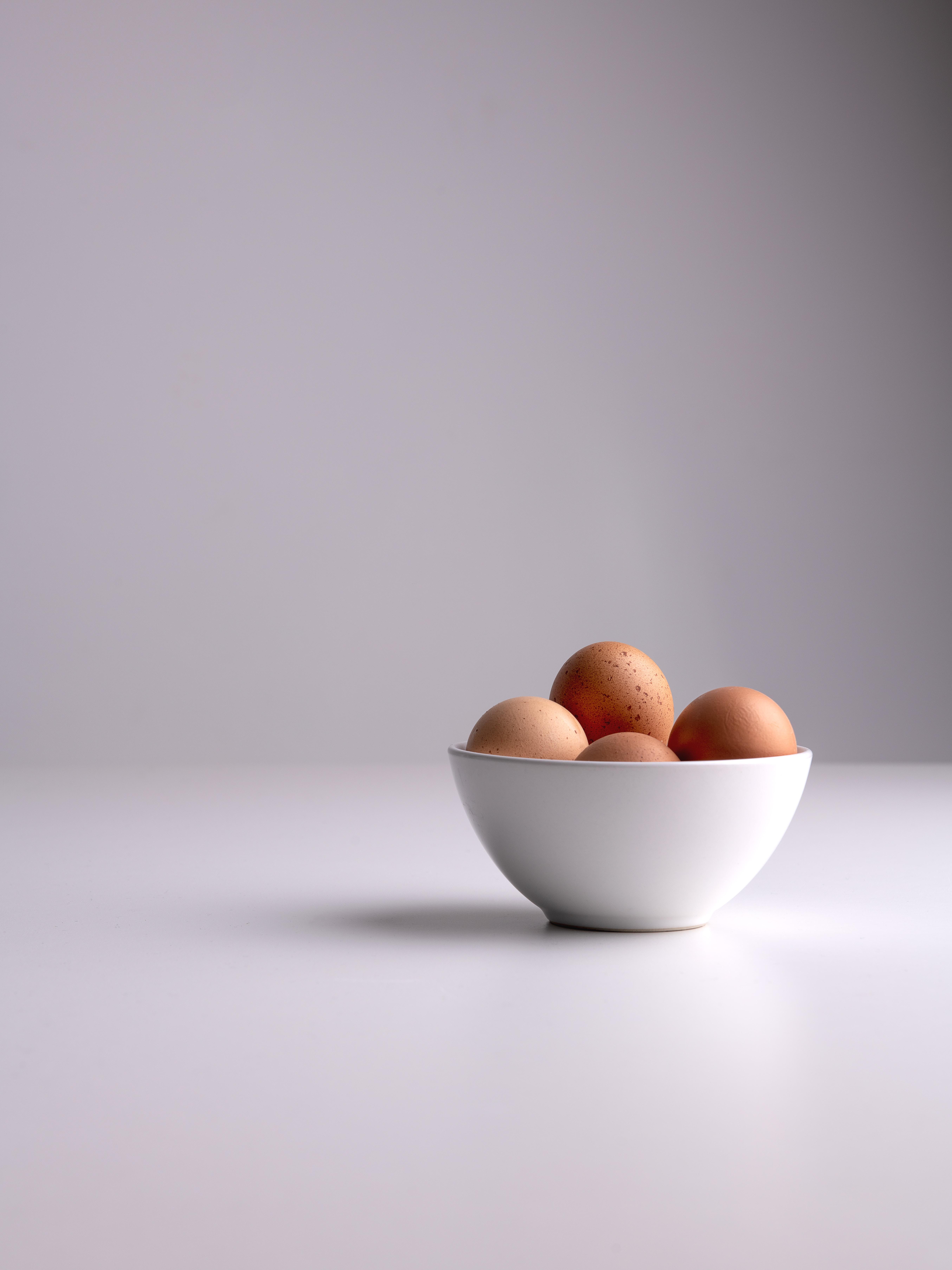 white and brown ceramic bowl