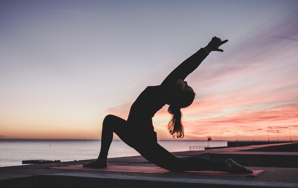 yoga yaparken kadının siluet fotoğrafçılığı