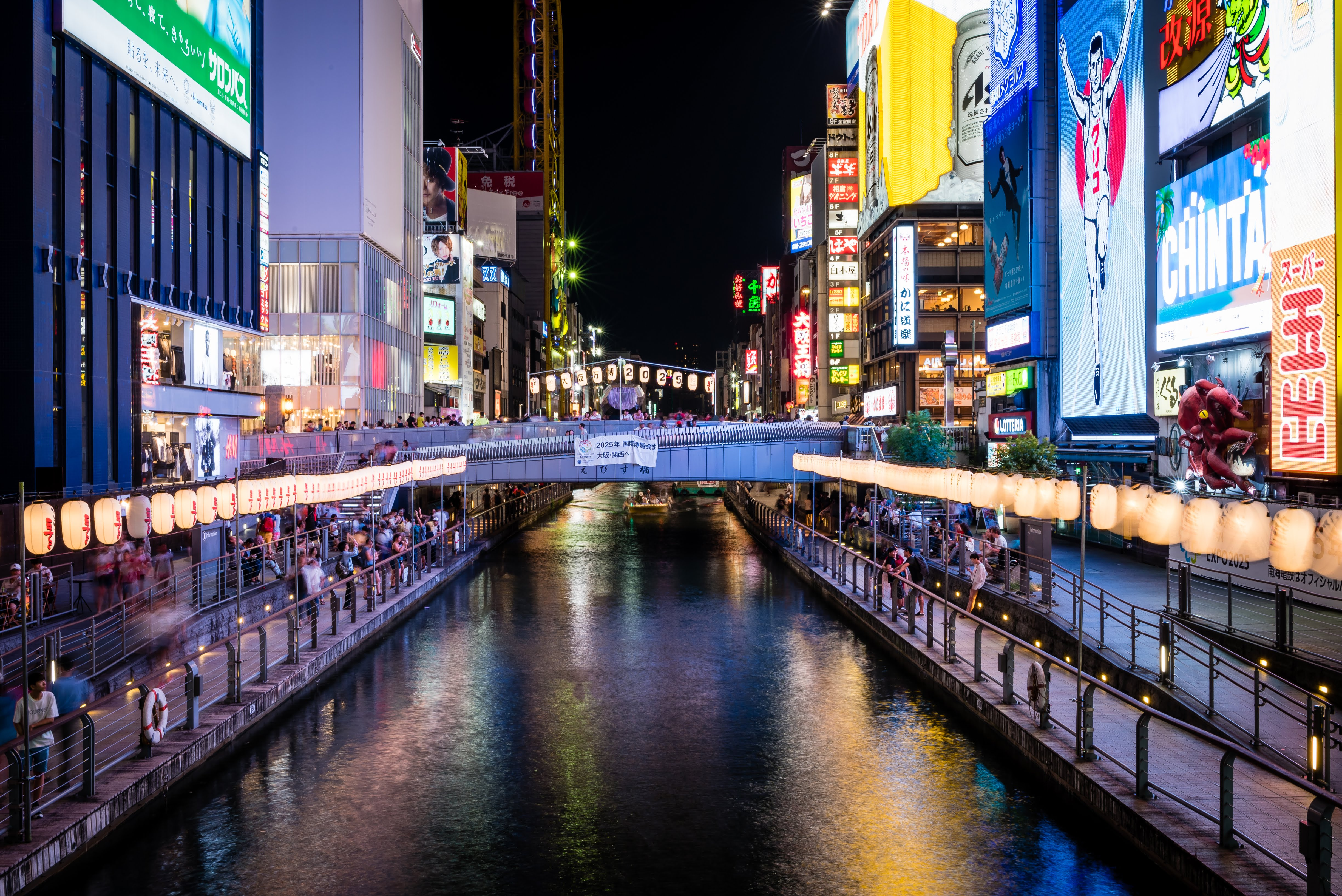When the sun goes down, Osaka (esaecially Dotombori) becomes a festival of lights and colors.