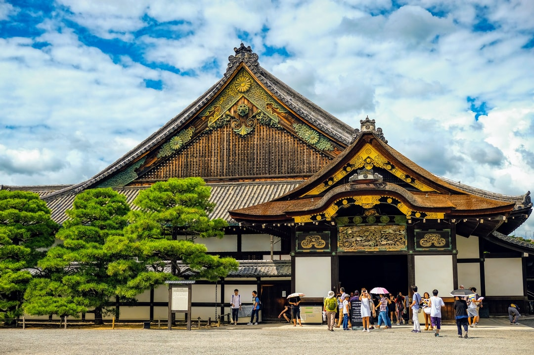 The gorgeous style of this castle was intended as a demonstration of Shogun Tokugawa Ieyasu (1542-1616)'s prestige. Nijo-jo Castle was the residence of the Tokugawa shoguns in Kyoto, who had been ruling Japan for over 260 years from 1603 to 1868, and it remains an eloquent testimony to their power.