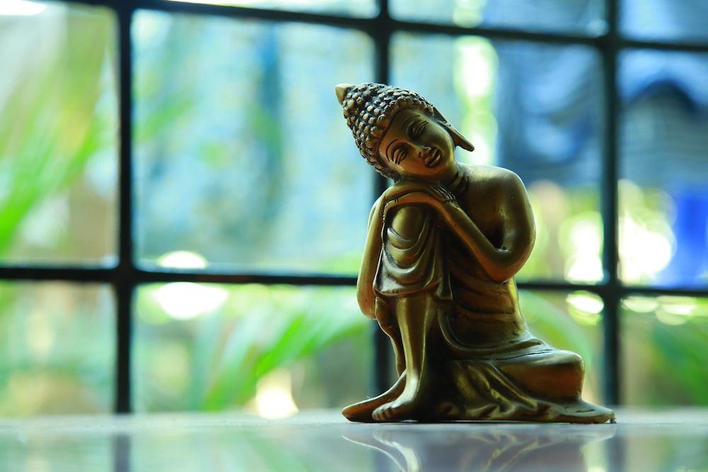 gold Buddha sitting statue