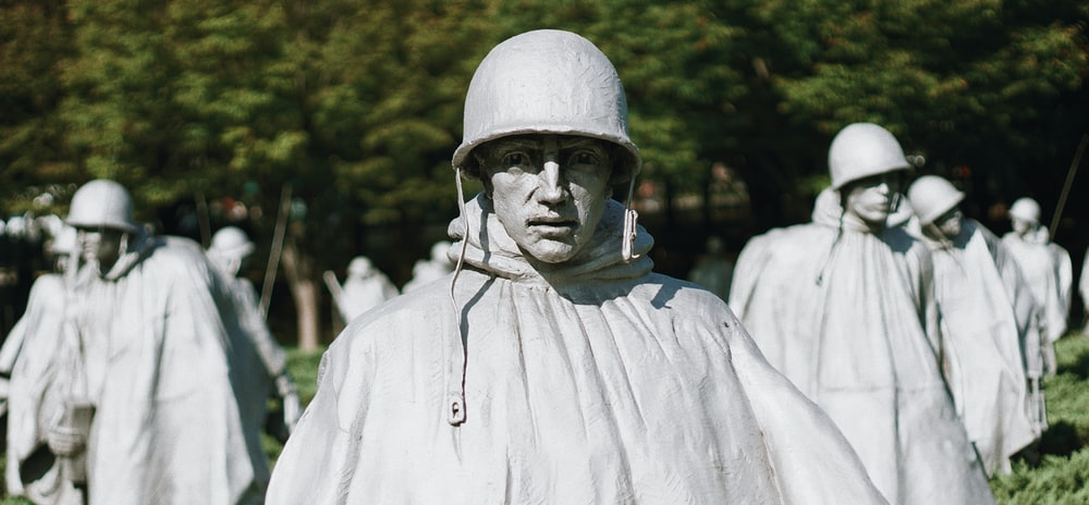 soldier statue close-up photography