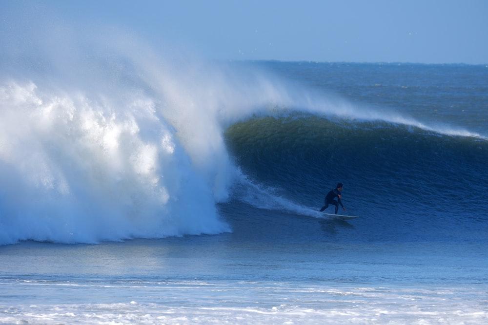 man doing surfing at daytime