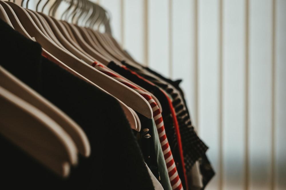 beaucoup de vêtements