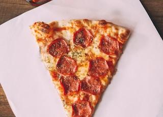 辣香肠比萨饼