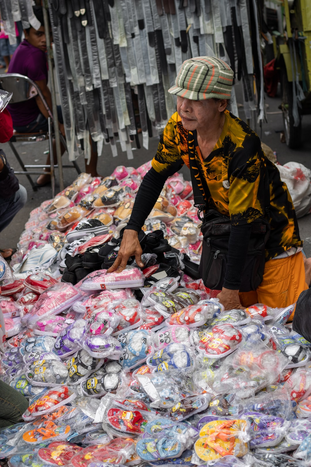 Every week at Sunday Morning the street near Tugu Pahlawan(Heroes Monument) become a street market.