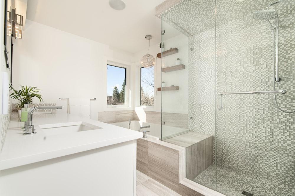 cubículo de duche de vidro transparente