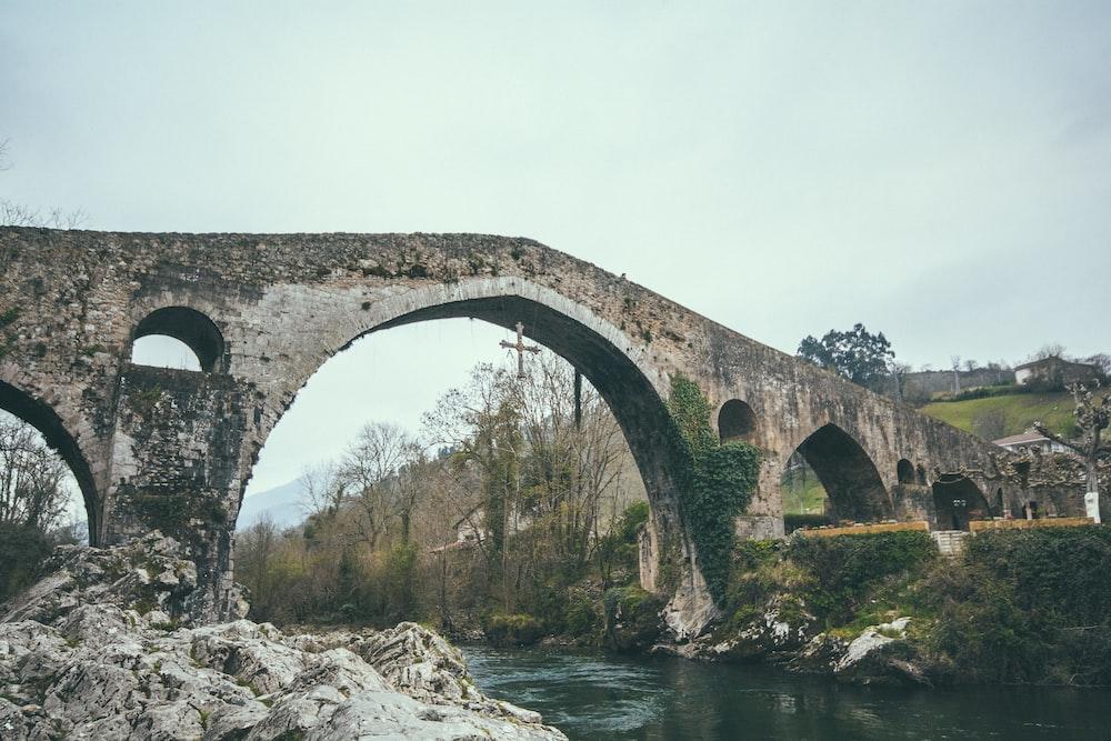 foto de puente de piedra marrón