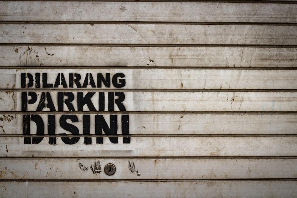 dilarang parkir disini sign