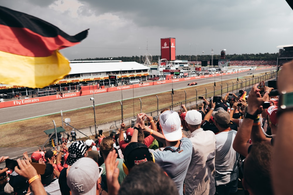 people watching F1 cars