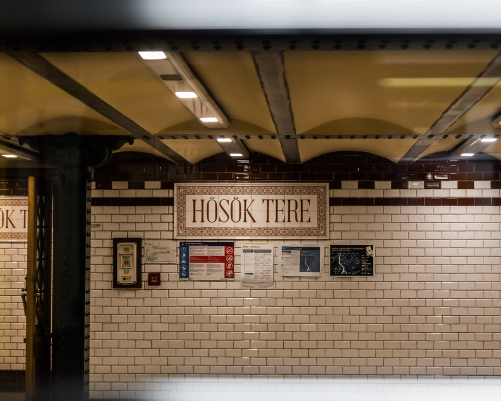 Hosok Tere wall signage