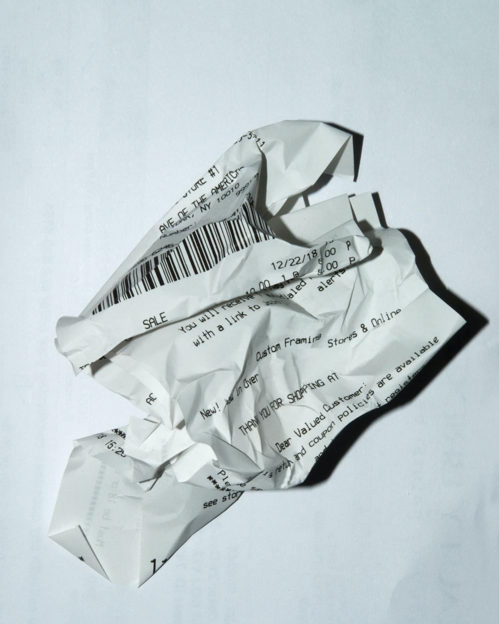 白い表面の公式領収書
