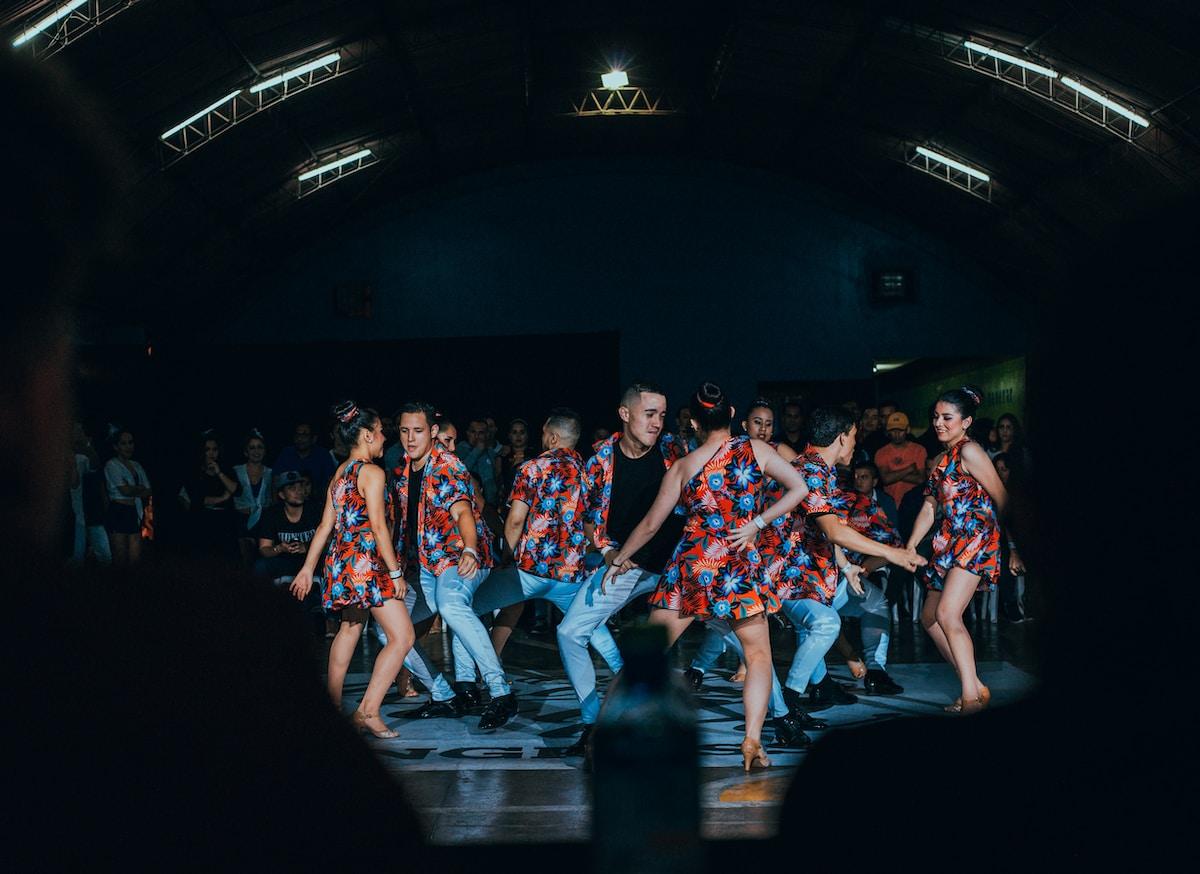 Digi proservice  propose une image colorée de la salsa qui est une danse de couple avec beaucoup d'energie