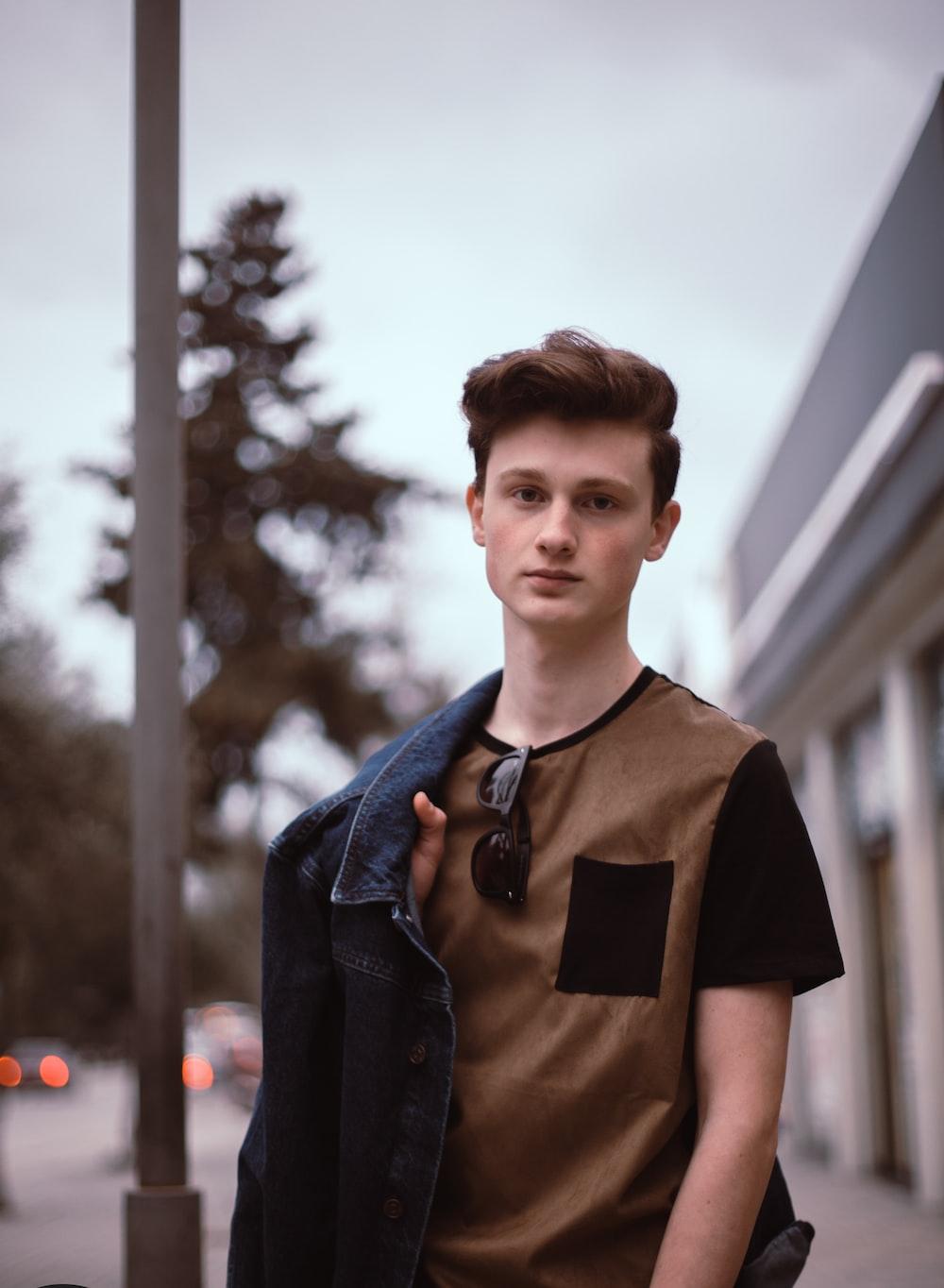 man wearing brown t-shirt