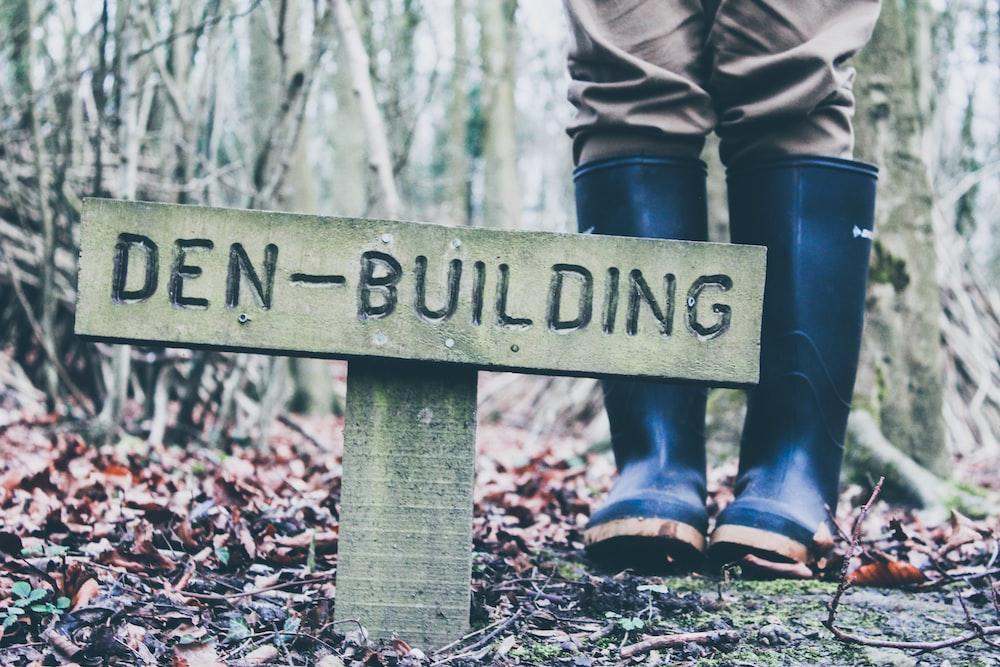 Den-Building print road sign