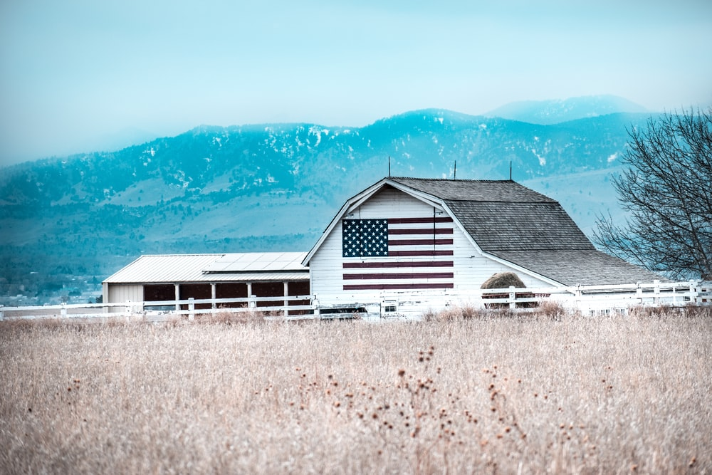 white grey wooden U.S.A barn during daytime