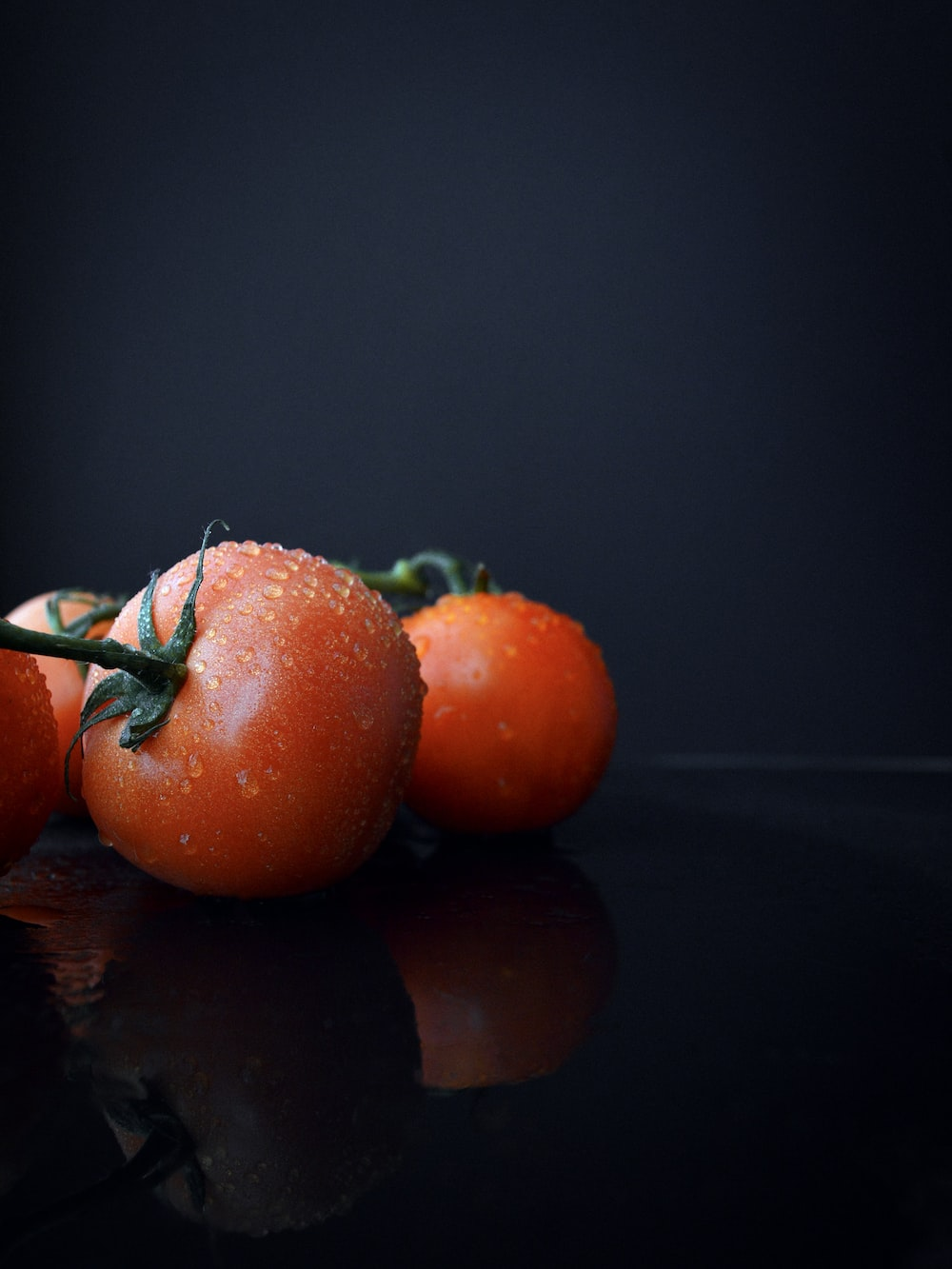 closeup photography of tomatoes