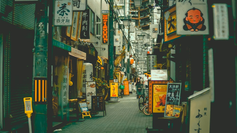 alley road between buildings