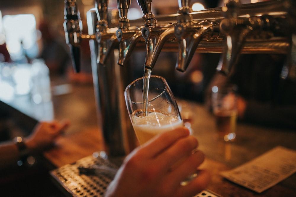 ガラスにビールを充填する人