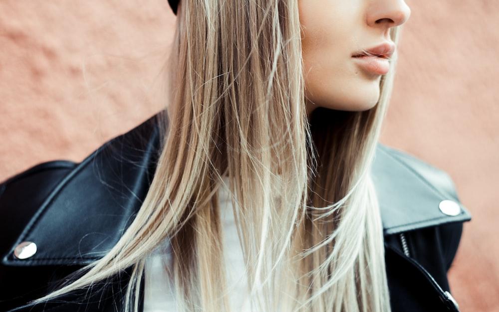 黒い革のジャケットを着ている女性