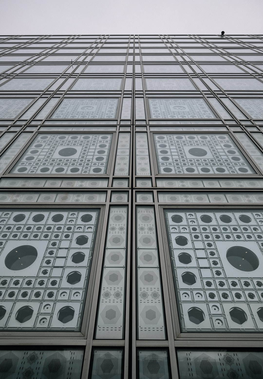 The institute of the Arab world is a huge building, close to the Seine. These windows are a huge pattern, hypnotizing and reflecting the colors of the sky.