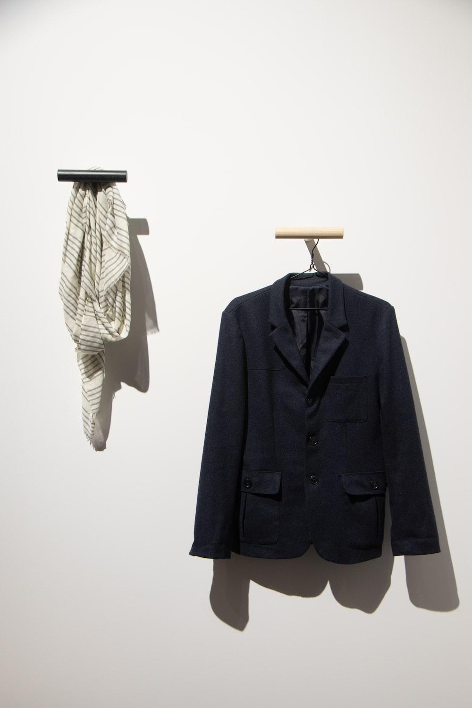 hanged black 3-button blazer