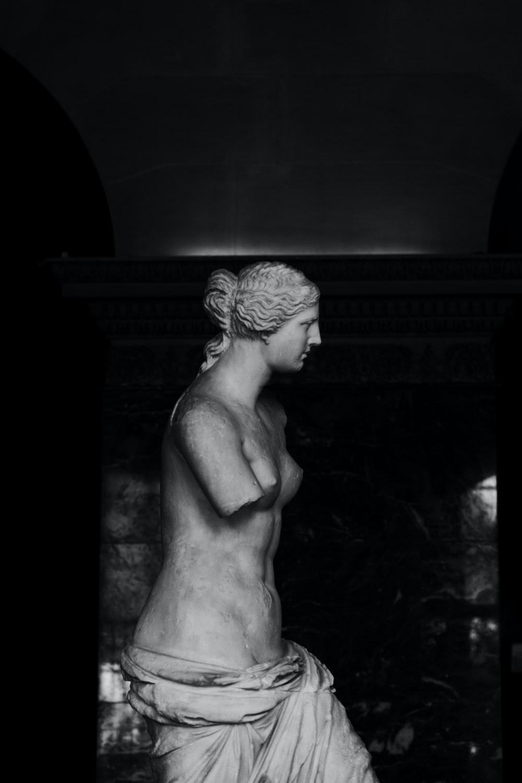 Venus de Milo statue in grayscale photography