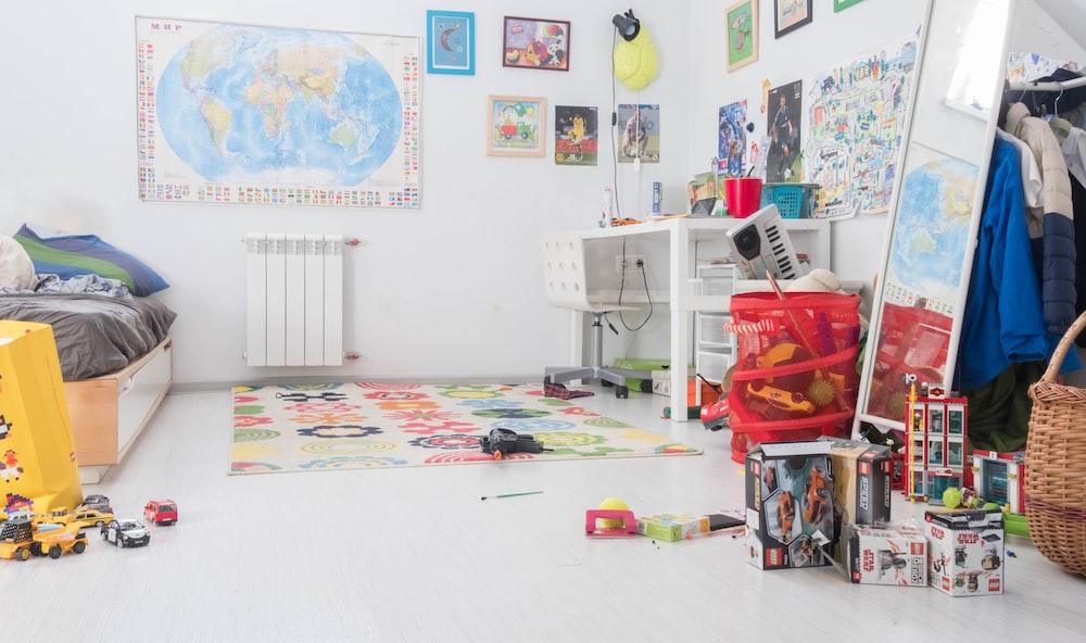 色とりどりのおもちゃ箱の山