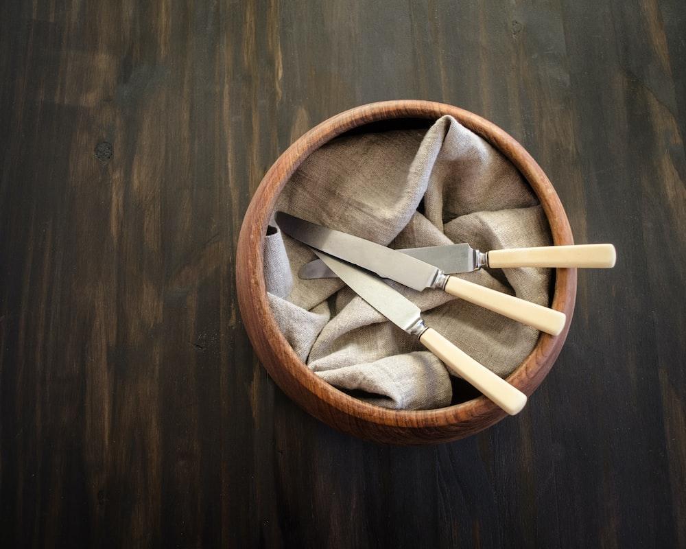breadknife in brown pot