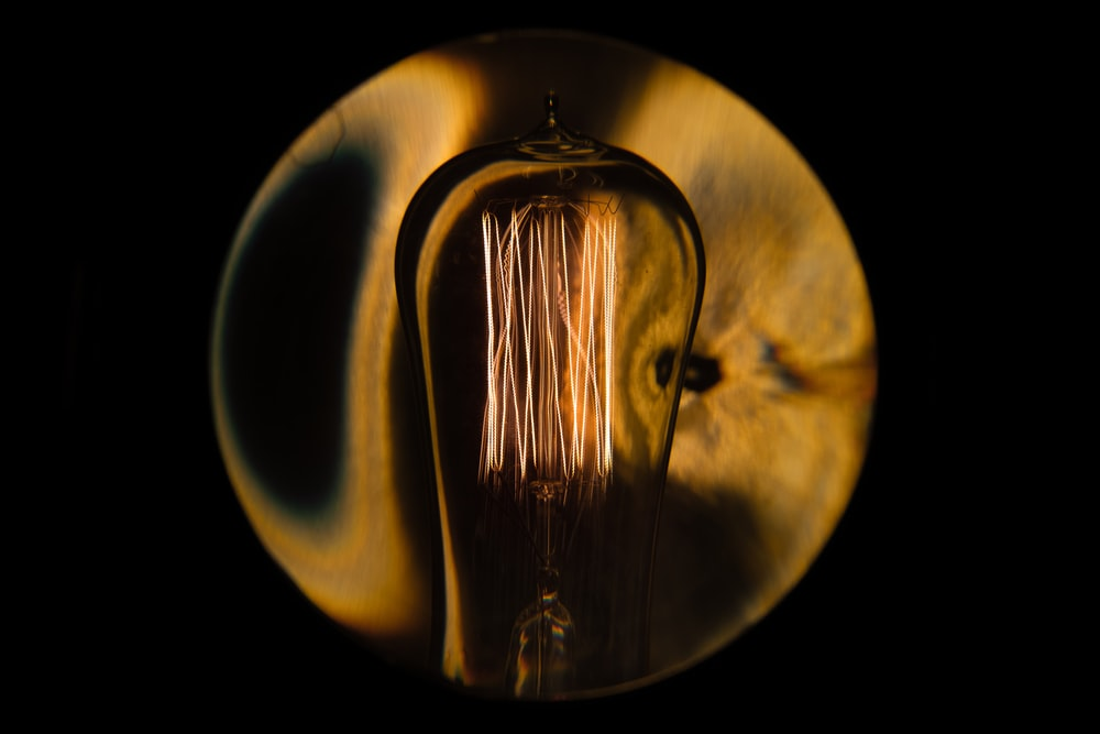 close-up photography of light bulb