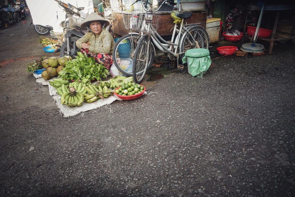 woman selling bananas at daytime