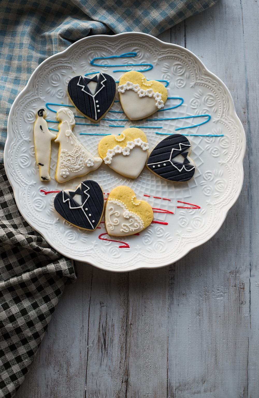 wedded couple cupcake platter
