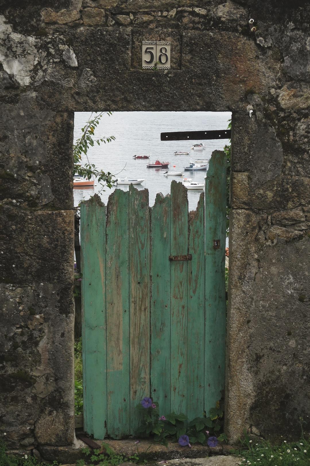 Quelques ultimes voiles de poésie dans les derniers pas du marcheur vers Fisterra. /// Just a few miles and doors to the ocean.