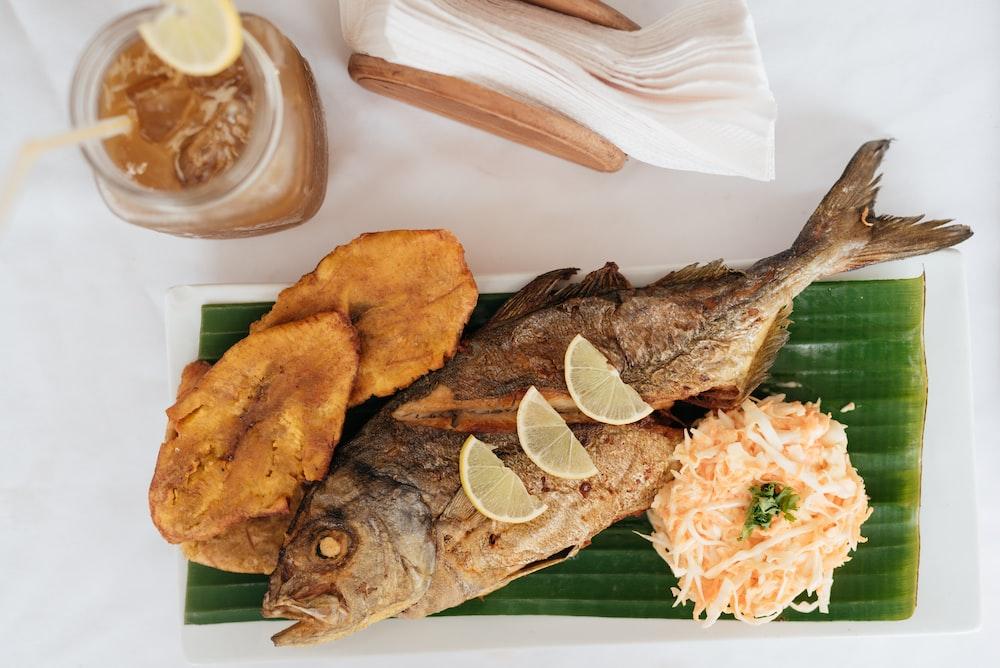 pescado frito con rodajas de limón