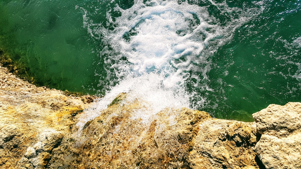 waterfall on focus photography