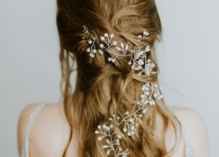 woman wearing white floral hair accessory